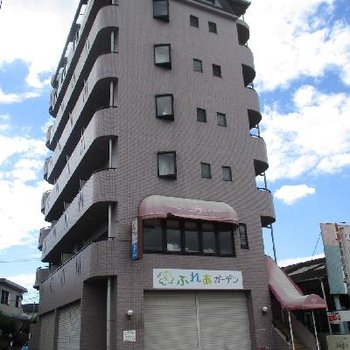 住居は3〜6階です。入口は裏に。オートロック。