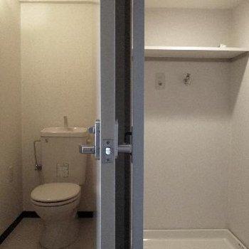 玄関入ってすぐ右の扉を開けると洗濯機コーナー。その隣がトイレなのです。