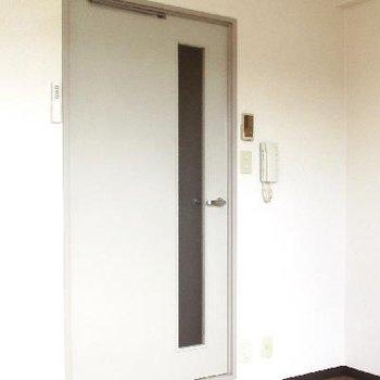 ドアはなんだか音楽スタジオのドアのようです。きっと楽器可能なお部屋だからですね。