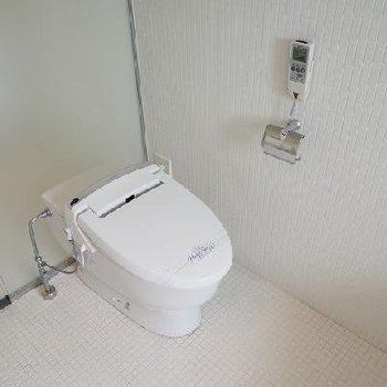 タンクレスのスマートなトイレ※写真は別部屋