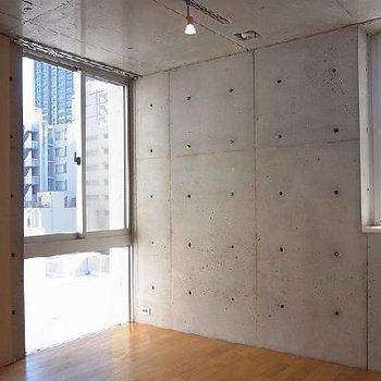 窓が多く明るい室内 ※写真は603号室