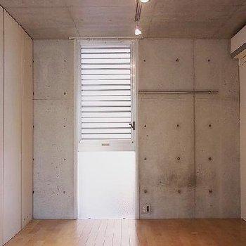 左てにキッチンが隠れています ※写真は603号室