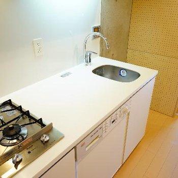 キッチンもかっこいい!下には洗濯機が。