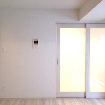 すりガラスがお部屋を明るく演出します。