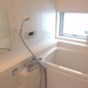 お風呂は小窓あり。