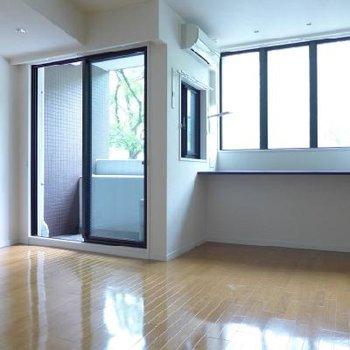 窓が大きく、北向きのわりに室内は明るめです。