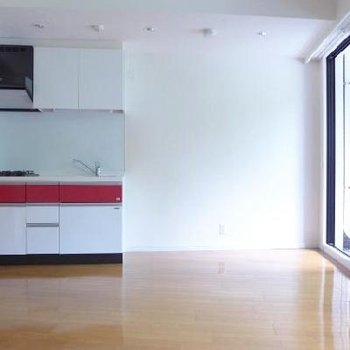 紅白の2トーンのキッチンはまるでニシキゴイみたい