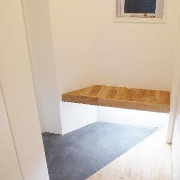 玄関には小さなベンチ