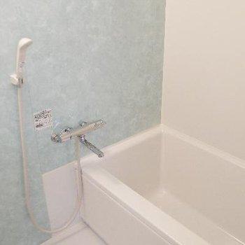 お風呂はコンパクトですがブルーが爽やか
