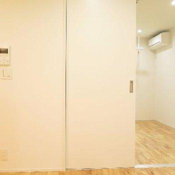 左:玄関・右:もう一部屋です