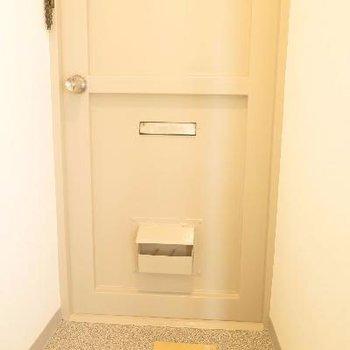 玄関はシンプル