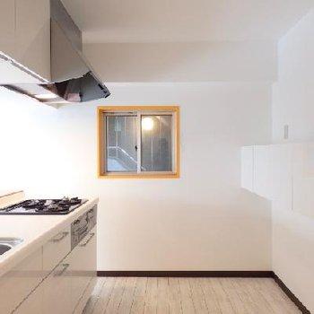キッチンスペースも広々。吊り棚があるのが使えますよね