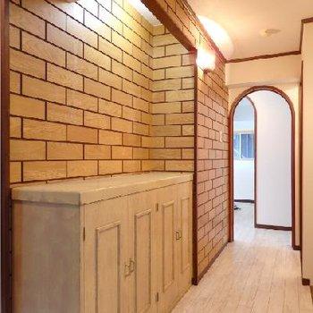玄関部分にはレンガ模様の木調タイル張り。かわいい