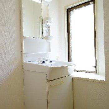 独立洗面台の横には窓も◎