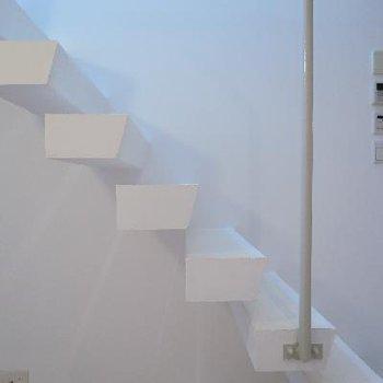 羽のような階段がお洒落。