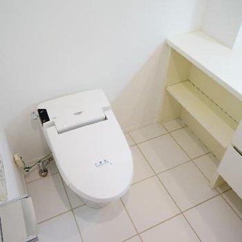 横にトイレ。広々していて機能的!