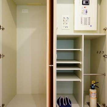 キッチン横には冷蔵庫。隠せます!
