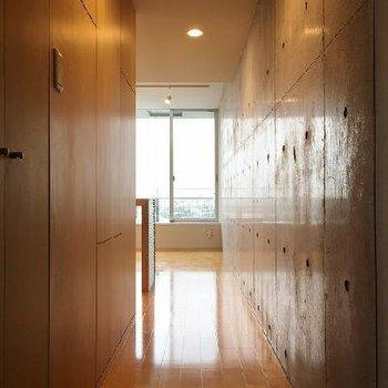 光がコンクリートに反射して、玄関を入るともう明るい。