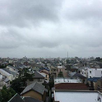 住宅街が広がっていて開けた眺望。