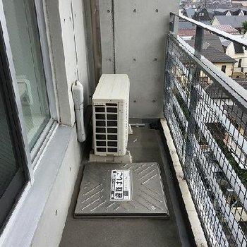 西向きのバルコニー。6階で幅が狭いので、下を見るとちょっと怖いです。