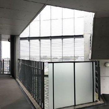 玄関前の共用部。美術館のような空間。