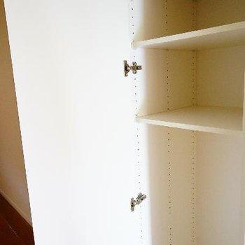 廊下には小さな収納スペースも。