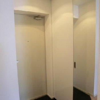 玄関です。※写真は別部屋です。