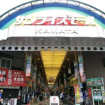 こんな賑やかな商店街を通ります。