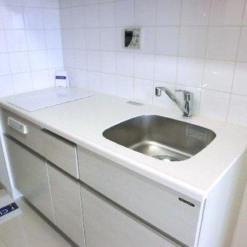 キッチンは白で統一。IH二口です。