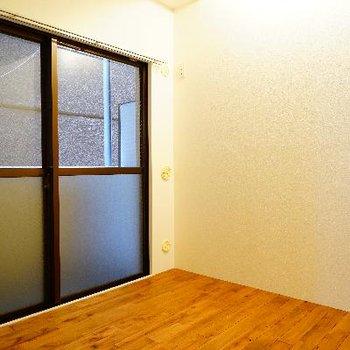 寝室になります。大きな窓もあります!