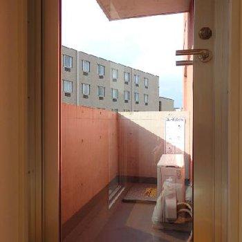 ベランダに通じるドアもガラス張りです
