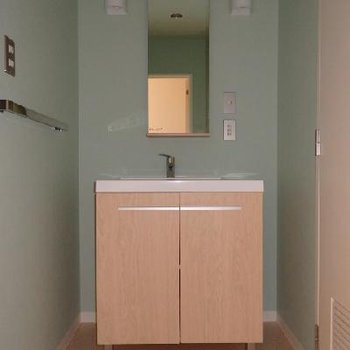 可愛い独立洗面台!壁紙も可愛いライトブルーです