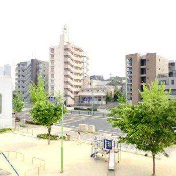 ベランダからは公園と大きな東山通りが見えます