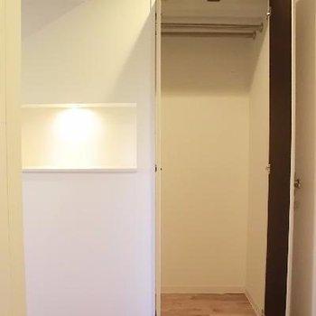 玄関正面にも収納。左の飾り棚にお花を♪
