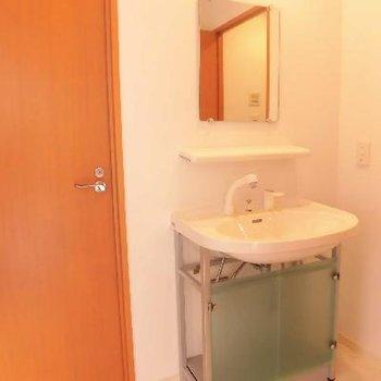 トイレの横に洗面台♪シンプルですね