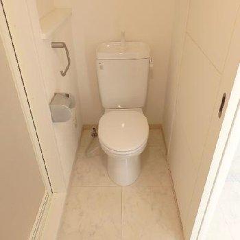 脱衣所にはトイレも一緒。ウォシュレットはご希望であれば取り付け可能!