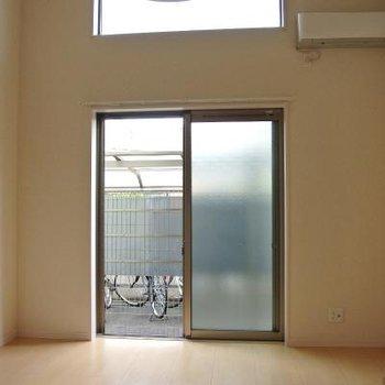 天井近くにも窓。※写真は別部屋