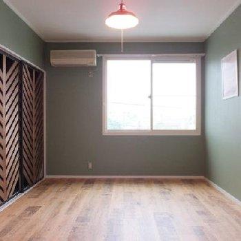 西側のお部屋。落ち着くグリーン