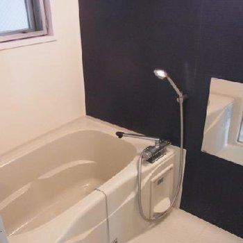 お風呂にも窓あり!※写真は別室