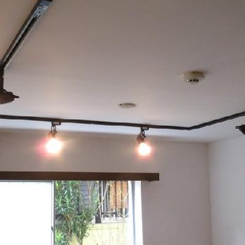 天井のライトは調光可能なタイプです。※写真は別部屋です