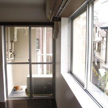 奥の窓には小さなバルコニーが付いています。※写真は別部屋です