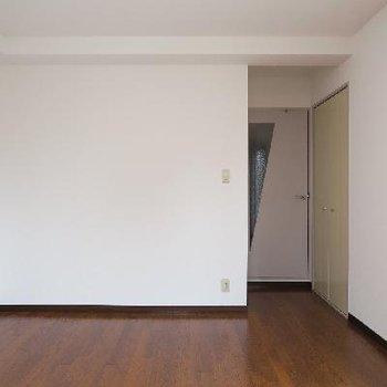扉の横に収納があります。