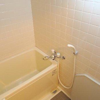 タイル張りなだけではなく、サイズも可愛らしい浴室。