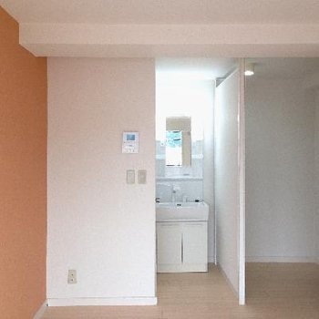 バルコニー側からの眺め。独立洗面台はトイレの横に新たに設置!