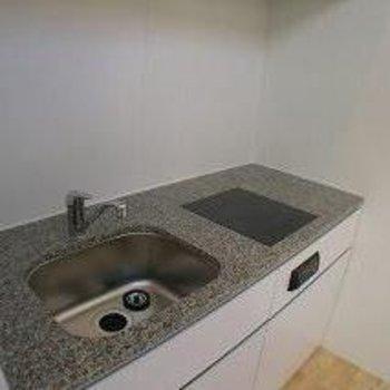 キッチンは1口コンロ。でも広いですね!※写真は別部屋