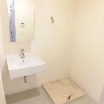 スタイリッシュな洗面台は鏡の裏に収納できます