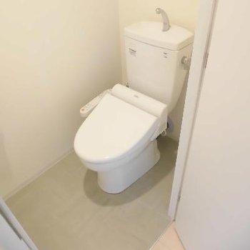 個室トイレは新聞を読めるほど大きい!