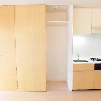 キッチン横にクローゼットです