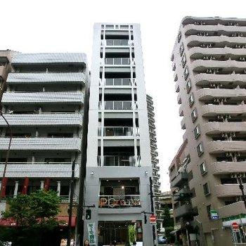 大通りに面しています。1階は店舗です。