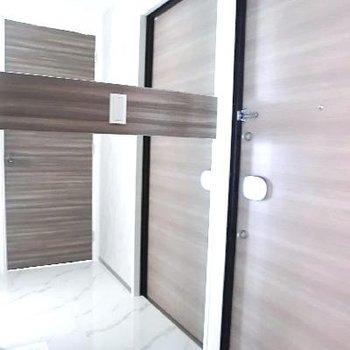 鏡張り玄関。